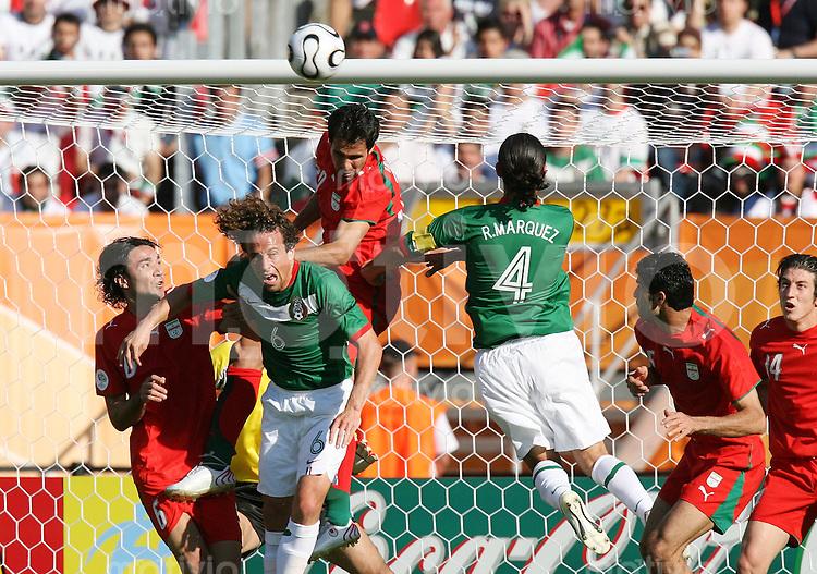 Fussball WM 2006  Gruppenspiel  Vorrunde 1  Gruppe D Mexiko 3-1 Iran Javad Nekounam (IRN), Gerado Torrado (MEX), Mohammad Nosrati (IRN) Rafel Marquez (MEX), Rahman Rezaei (IRN) und Andranik Teymourian (IRN,v.li.)