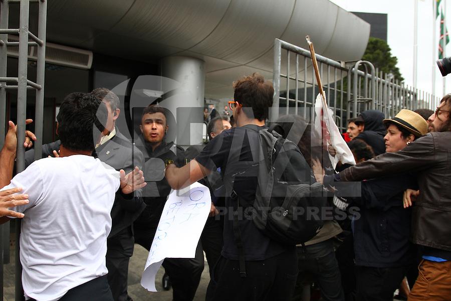 CURITIBA, PR, 30.04.2015 - PROFESSORES -PR - Estudantes realizam na tarde desta quinta-feira (30), protesto em defesa aos professores, um dia depois da repressão de manifestantes ocorrida na quarta-feira (29). Cerca de 5 mil estudantes e alguns professores participam do ato na Assembleia Legislativa do Paraná e no Palácio do Governo. (Foto: Paulo Lisboa / Brazil Photo Press)