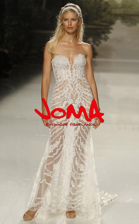 Karolina Kurkova en el Desfile de St patrick en Barcelona Bridal Fashion week