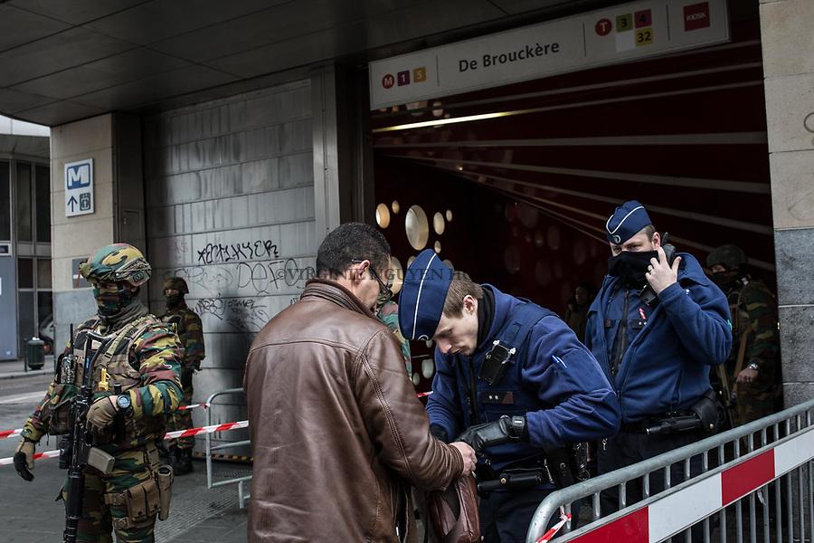 BRUXELLES, Belgique: Fouille des sacs de chaque passager à l'entrée des métros et gare de Bruxelles, ici au métro De Brouckère près de la Bourse, le 23 mars 2016. 31 personnes sont mortes et 300 ont été blessées dans les attentats commis à Zaventem et dans la station du métro bruxellois Maelbeek, selon le dernier bilan du Centre de crise.