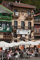 Europe/Espagne/Pays Basque/Guipuscoa/Pays Basque/Pasaia Donibane: Terrasses de café et Maisons du quartier des pêcheurs