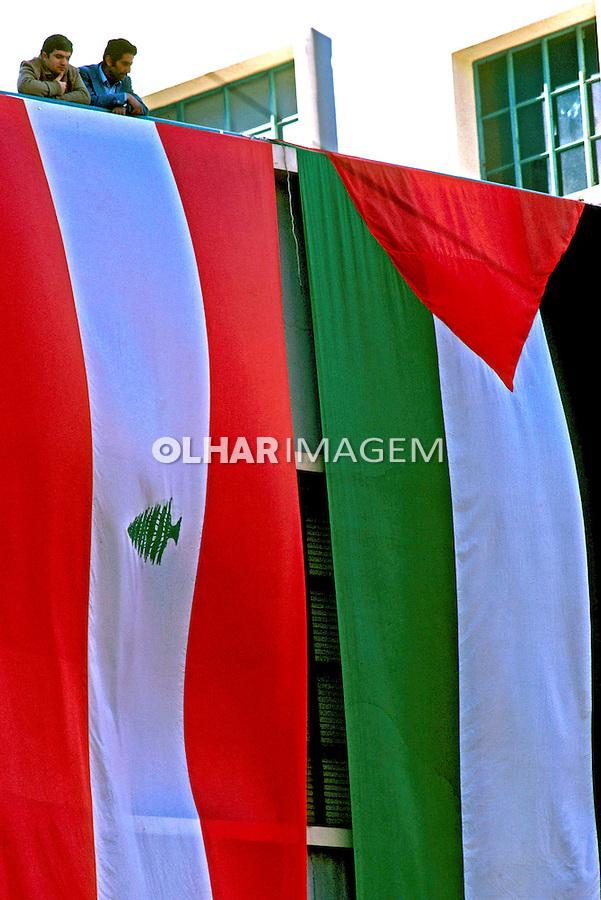Bandeiras do Líbano e Palestina em Beirute, Libano. 1982. Foto de Juca Martins.