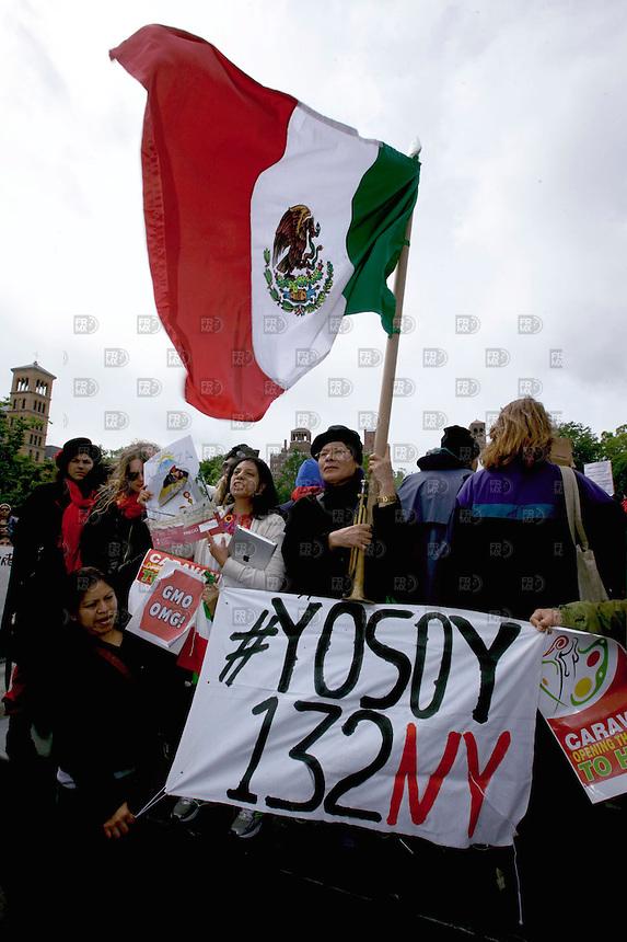 """300525. Nueva York, Estados Unidos. Miembros de la sociedad civil y de  la Caravana de Migrantes  """"Abriendo las Puertas de la Esperanza"""" protestaron en el día mundial contra la transnacional Monsanto en Nueva York, Estados Unidos.  NOTIMEX/FOTO/ALEJANDRO MELENDEZ/FRE/WAR/"""