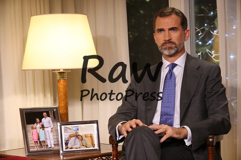 El Rey Don Felipe ha ofrecido su primer mensaje de Navidad como monarca desde el Palacio de La Zarzuela.<br /> <br /> King Felipe has given his first Christmas speech as king from La Zarzuela Palace on December 24th, 2014.