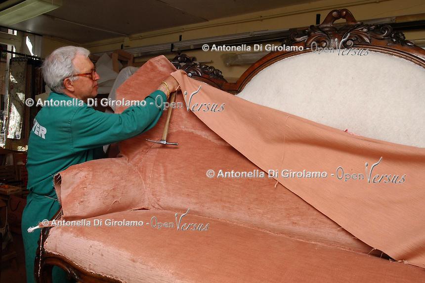 Artigiani a San Lorenzo , quartiere storico di Roma..Craftsmen in San Lorenzo, historic district of Rome. .Laboratorio da tappezziere, a conduzione familiare..Upholsterer laboratory, to conduction familiar....