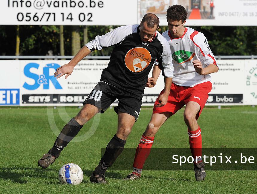 KVC Ardooie - FC toekomst Menen : Nicolas Duprez aan de bal voor Jonathan Deblaere.FOTO VDB / BART VANDENBROUCKE
