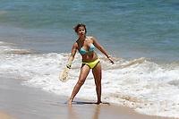 SALVADOR, BA, 05 FEVEREIRO 2013 - FORTE CALOR EM SALVADOR BAHIA - Movimentação de banhista na praia Farol da Barra em Salvador Bahia na manhã desta terça-feria(05). Banhistas aproveitam o clima de forte calor para frequentar a praia antes da folia de carnaval. FOTO: AMAURI NEHN / BRAZIL PHOTO PRESS).