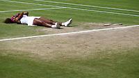 LONDRES, INGLATERRA, 07 JULHO 2012 - TENIS WIMBLEDON - A norte-americana Serena Williams comemora a conquista do Torneio de Wimbledon após vencer a partida final contra a polonesa Agnieszka Radwanska, em Londres, Reino Unido, neste sábado. Serena venceu o jogo com parciais de 6-1, 5-7 e 6-2. (FOTO: PIXATHLON / BRAZIL PHOTO PRESS).
