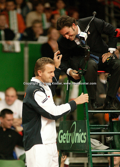 10-2-06, Netherlands, tennis, Amsterdam, Daviscup.Netherlands Russia, Dutch captain Tjerk Bogtstra discusses with the umpire