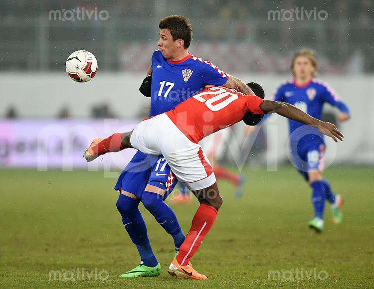 FUSSBALL INTERNATIONALES TESTSPIEL in Sankt Gallen Schweiz - Kroatien       05.03.2014 Ringkampf: Johan Djourou (re, Schweiz) gegen Mario Mandzukic (li, Kroatien)