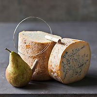 Europe/France/Rhône-Alpes/42/Loire/Sauvain: Fourme de Montbrison de chez Hubert  Tarit - Fromagerie des Hautes Chaumes, fromage au lait  cru de vache, à pâte persillée,  //  France, Loire, Sauvain, Montbrison Fourme, French blue-veined cheese of Montbrison, at Hubert Tarit, High Chaumes cheese, raw milk cheese from cows, veined