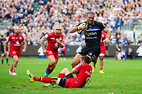 Jamie Roberts of Bath Rugby is tackled by Sebastien Bezy of Toulouse. Heineken Champions Cup match, between Bath Rugby and Stade Toulousain on October 13, 2018 at the Recreation Ground in Bath, England. Photo by: Patrick Khachfe / Onside Images
