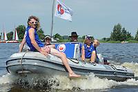 SKUTSJESILEN: LANGWEER: 25-07-2013, SKS skûtsjesilen, Huizum wint, Omrop Fryslan presentator Gjalt de Jong voorop, ©foto Martin de Jong