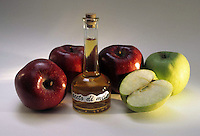 Bottiglia di aceto di mele. Bottle of apple vinegar...