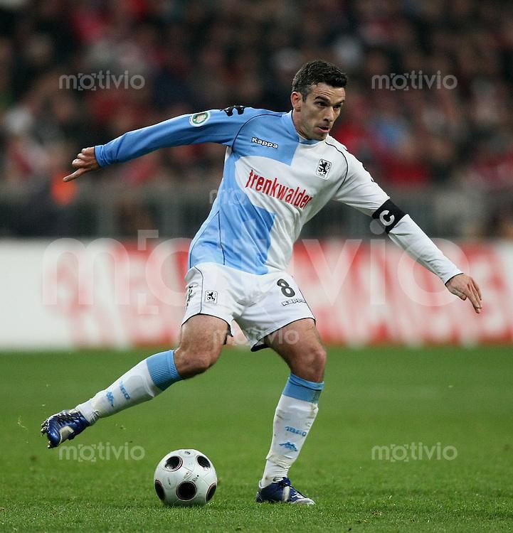 FUSSBALL    DFB POKAL   SAISON 2007/2008  27.02.2008 204. Muenchner Lokalderby    FC Bayern Muenchen - TSV 1860 Muenchen           Danny Schwarz  (1860) am Ball