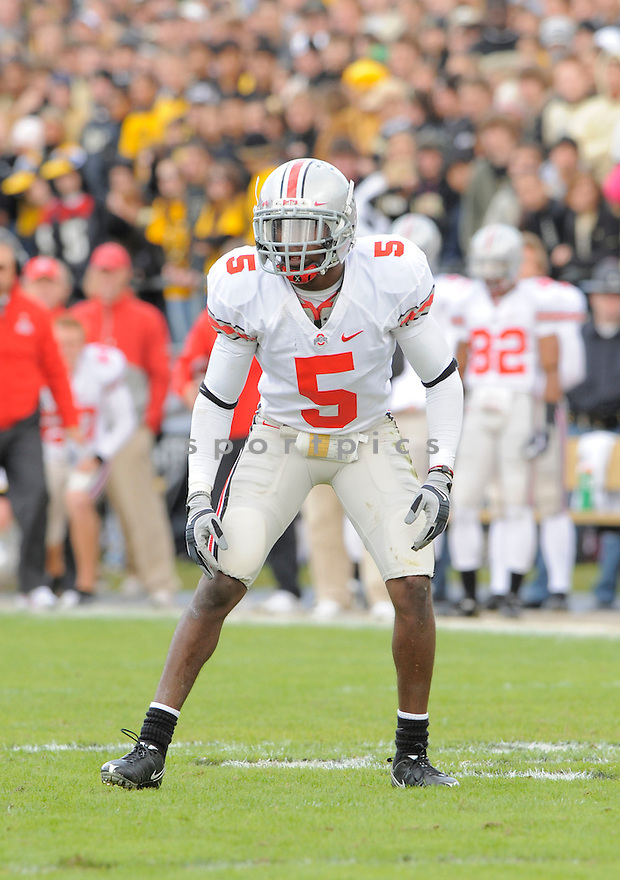 CHIMDI CHEKWA, of the Ohio State Buckeyes, in action during the Buckeyes game against the Purdue Boilermakers  in St. Louis, MO, on October 17, 2009.  Purdue wins 26-18..