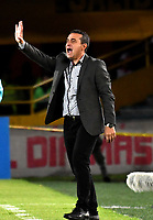 BOGOTÁ - COLOMBIA, 23-10-2018: Guillermo Sanguinetti, técnico de Independiente Santa Fe (COL), durante partido de ida entre Independiente Santa Fe (COL) y Deportivo Cali (COL), de los cuartos de final, S1 por la Copa Conmebol Sudamericana 2018, en el estadio Nemesio Camacho El Campin, de la ciudad de Bogotá. / Guillermo Sanguinetti, coach of Independiente Santa Fe (COL), during a match of the first leg between Independiente Santa Fe (COL) and Deportivo Cali (COL), of the quarterfinals, S1 for the Conmebol Sudamericana Cup 2018 in the Nemesio Camacho El Campin stadium in Bogota city. Photo: VizzorImage / Luis Ramírez / Staff.
