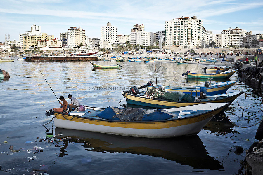 Gaza: le port de Gaza ou se trouvent les pecheurs mais aussi les familles et jeunes personnes pendant leur temps de loisirs. 07/11/2014<br /> <br /> Gaza: sea port of Gaza where are the fishermen but also families and young people during their leisure time. 07/11/2014