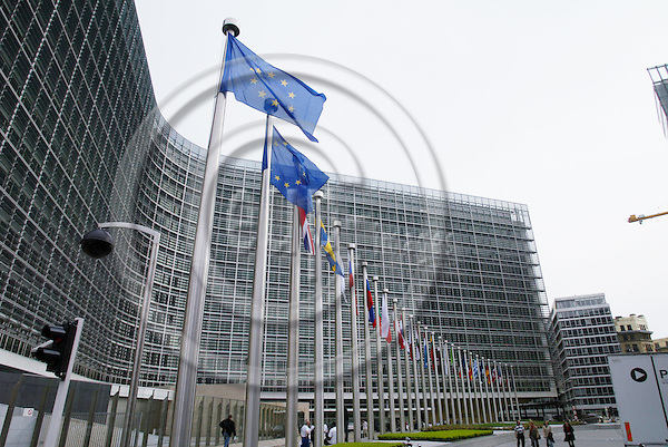 BRUSSELS - BELGIUM - 30 APRIL 2005 --For the first time the 25 member countries flags have been raised in front of the EU Commission Berlaymont.-- PHOTO: ERIK LUNTANG / EUP-IMAGES..