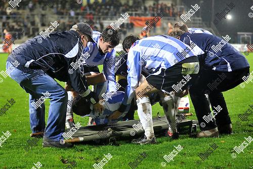 2010-11-13 / voetbal / seizoen 2010-2011 / Verbroedering Geel-Meerhout - Deinze / Wouter Smeets wordt op de brancard gelegd