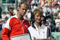 20030608, Paris, Tennis, Roland Garros, Martin Verkerk , zichtbaar emotioneel legt zijn hand op de schouder van winnaar Ferrero