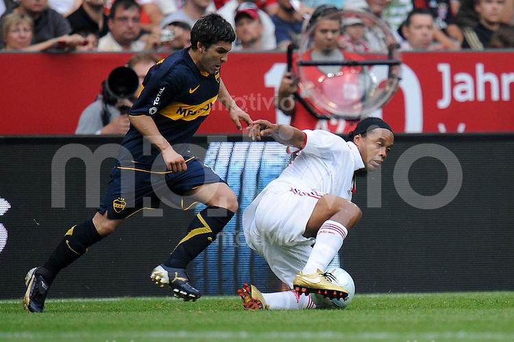 Fussball  International   Audi Cup 2009   30.07.2009 CA Boca Juniors  - AC Mailand  Chavez (Boca) gegen Ronaldinho  (re, Milan)