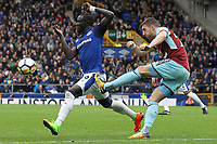 Stephen Ward of Burnley clears from Oumar Niasse of Everton during the Premier League match between Everton and Burnley at Goodison Park on October 1st 2017 in Liverpool, England. <br /> Calcio Everton - Burnley Premier League <br /> Foto Phcimages/Panoramic/insidefoto