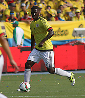 BARRANQUILLA  - COLOMBIA - 8-10-2015: Cristian Zapata jugador de la seleccion Colombia  disputa el balon con  la seleccion Peru durante primer partido  por por las eliminatorias al mundial de Rusia 2018 jugado en el estadio Metropolitano Roberto Melendez  / : Cristian Zapata  player of Colombia  fights for the ball with of selection of Peru during first qualifying match for the 2018 World Cup Russia played at the Estadio Metropolitano Roberto Melendez. Photo: VizzorImage / Felipe Caicedo / Staff.