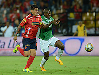 MEDELLÍN -COLOMBIA-15-11-2014. German Cano (Izq) jugador de Independiente Medellín disputa el balón con Jherson Cordoba (Der) jugador de Deportivo Cali durante partido por la fecha 1 de los cuadrangulares finales de la Liga Postobón II 2014 jugado en el estadio Atanasio Girardot de la ciudad de Medellín./ German Cano (L) player of Independiente Medellin fights for the ball with Jherson Cordoba (R) player of Deportivo Cali during the match for the  first date of the final quardrangular of Postobon League II 2014 at Atanasio Girardot stadium in Medellin city. Photo: VizzorImage/Luis Ríos/STR