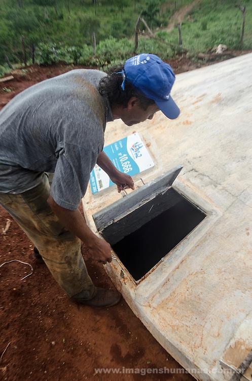 Comunidade Lagoa da Manga, município de Virgem da Lapa  na região do médio Jequitinhonha, Norte de Minas Gerais. Nessa região é possível encontrar três tipos de biomas: caatinga, cerrado e mata atlântica. A ASA Brasil, Articulação no Semiárido Brasileiro, tem implementado em diversas comunidades no Norte de Minas o Programa Uma Terra e Duas Águas (P1+2) e o Programa Um Milhão de Cisternas (P1MC) que tem como objetivo viabilizar a captação e armazenamento de água de chuva nessas comunidades para consumo humano, criação de animais e produção de alimentos. Entre os parceiros para implementação dos projetos tem destaque na região a Cáritas Diocesana de Virgem da Lapa. Osmar Araújo da Silva