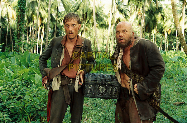 MACKENZIE CROOK & LEE ARENBERG.in Pirates of the Caribbean: Dead Man's Chest.Filmstill - Editorial Use Only.CAP/AWFF.www.capitalpictures.com.sales@capitalpictures.com.Supplied By Capital Pictures.