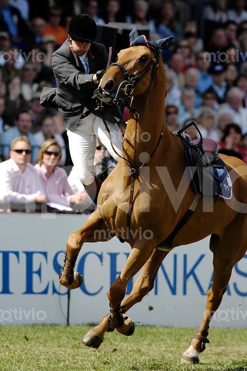 04.05.2008 Pferdesport, Springreiten, Hamburg (Germany), 79. Deutsches Spring-Derby, RIDERS TOUR, Robert Whitaker (GBR) auf Finbarr V, stuerzt
