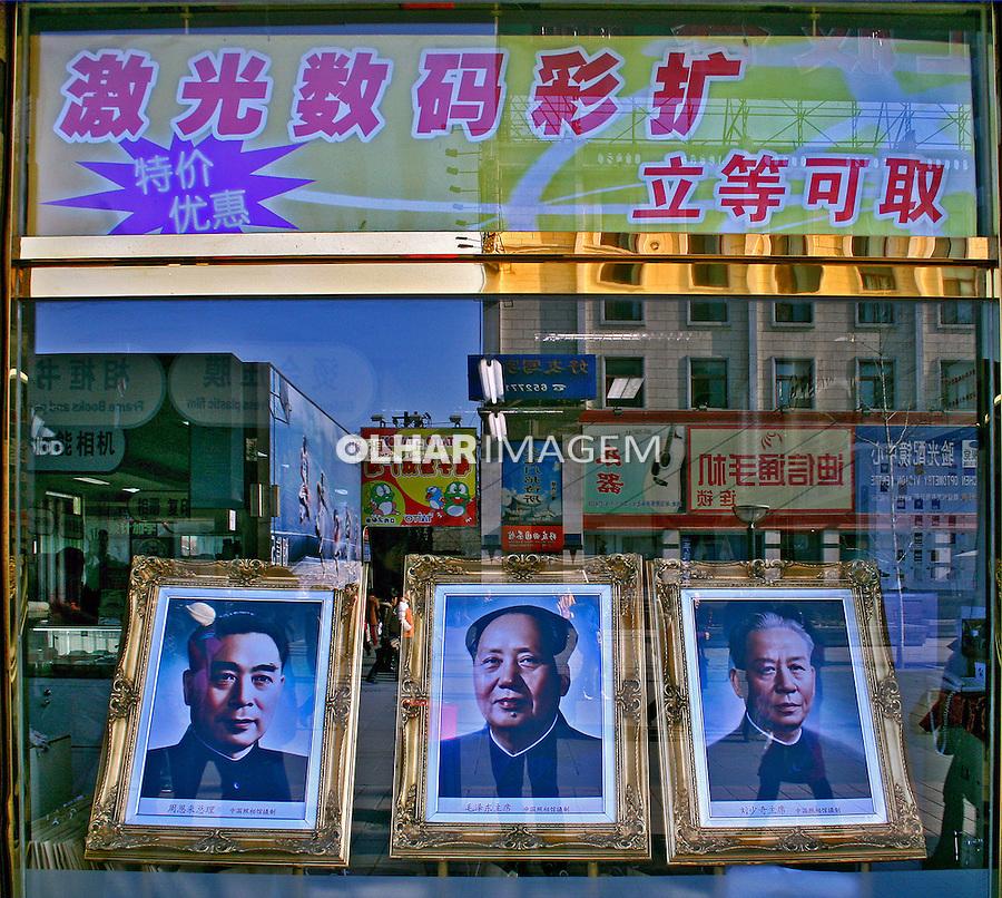 Retrato de líderes políticos em vitrine de loja. Pequim. China. 2007. Foto de Flávio Bacellar.