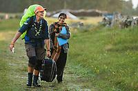 20170804 Malin Duveblad bär en resväska åt en utländsk deltagare på Jamboree17 på Rinkabyfältet. Foto: Magnus Fröderberg