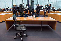 38. Sitzung des Unterausschusses des Verteidigungsausschusses des Deutschen Bundestag als 1. Untersuchungsausschuss am Donnerstag den 13. Februar 2020.<br /> In dem Untersuchungsausschuss soll auf Antrag der Fraktionen von FDP, Linkspartei und Buendnis 90/Die Gruenen der Umgang mit externer Beratung und Unterstuetzung im Geschaeftsbereich des Bundesministeriums fuer Verteidigung aufgeklaert werden. Anlass der Untersuchung sind Berichte des Bundesrechnungshofs ueber Rechts- und Regelverstoesse im Zusammenhang mit der Nutzung derartiger Leistungen.<br /> Einziger Tagesordnungspunkt war die Konstituierung des Unterausschusses als Untersuchungsausschuss.<br /> Als Zeugin war die ehemalige Verteidigungsministerin Ursula von der Leyen geladen. Die Zeugin weigerte sich in Anwesenheit von Foto- und TV-Journalisten den Sitzungssaal zu betreten. Die Journalisten mussten auf Anweisung des Ausschussvorsitzenden Hellmich den Saal verlassen.<br /> Im Bild: Der leere Zeugenplatz mit dem Namensschild der ehemaligen Verteidigunsministerin. Im Hintergrund versuchen Journalisten den Ausschussvorsitzenden zu ueberzeugen, dass die ehemalige Ministerin eine Person des oeffentlichen Interesses sei.<br /> 13.2.2020, Berlin<br /> Copyright: Christian-Ditsch.de<br /> [NUR FUER REDAKTIONELLE ZWECKE! Werbung nur auf Anfrage beim Fotografen. Inhaltsveraendernde Manipulation des Fotos nur nach ausdruecklicher Genehmigung des Fotografen. Vereinbarungen ueber Abtretung von Persoenlichkeitsrechten/Model Release der abgebildeten Person/Personen liegen nicht vor. NO MODEL RELEASE! Don't publish without copyright Christian-Ditsch.de, Veroeffentlichung nur mit Fotografennennung, sowie gegen Honorar, MwSt. und Beleg. Konto: I N G - D i B a, IBAN DE58500105175400192269, BIC INGDDEFFXXX, Kontakt: post@christian-ditsch.de<br /> Bei der Bearbeitung der Dateiinformationen darf die Urheberkennzeichnung in den EXIF- und  IPTC-Daten nicht entfernt werden, diese sind in digitalen Medien nach §95c UrhG rechtlich 