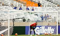 BELO HORIZONTE, MINAS GERAIS, 22 DE ABRIL 2013 - TREINO SELEÇÃO BRASILEIRA DE FUTEBOL  Operarios acompanham treino  da seleção brasileira de futebol durante sessão de treinamento na Minas Arena (Mineirão), na tarde desta terça-feira, 22. Amanhã o Brasil enfrenta o Chile no mesmo local. FOTO: WILLIAM VOLCOV / BRAZIL PHOTO PRESS.