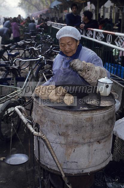 Asie/Chine/Jiangsu/Env Nankin: Marché libre de la rue Shan-Xi - Marchande de patates douces<br /> PHOTO D'ARCHIVES // ARCHIVAL IMAGES<br /> CHINE 1990