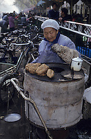 Asie/Chine/Jiangsu/Env Nankin : Marché libre de la rue Shan-Xi - Marchande de patates douces<br /> PHOTO D'ARCHIVES // ARCHIVAL IMAGES<br /> CHINE 1990