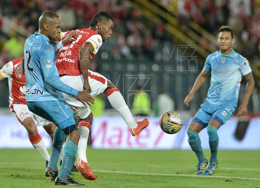 BOGOTÁ -COLOMBIA, 25-04-2015. Miguel Borja (Der.) jugador de Independiente Santa Fe disputa el balón con Carlos Saa (Izq.) jugador de Jaguares FC durante partido entre Independiente Santa Fe y Jaguares FC por la fecha 17 de la Liga Aguila I 2015 jugado en el estadio Nemesio Camacho El Campin de la ciudad de Bogota. / Miguel Borja (R) player of Independiente Santa Fe struggles for the ball with Carlos Saa (L) player of Jaguares FC during a match between Independiente Santa Fe and Jaguares FC for the 17th date of the Liga Aguila I 2015 played at Nemesio Camacho El Campin Stadium in Bogota city. Photo: VizzorImage/ Gabriel Aponte / Staff