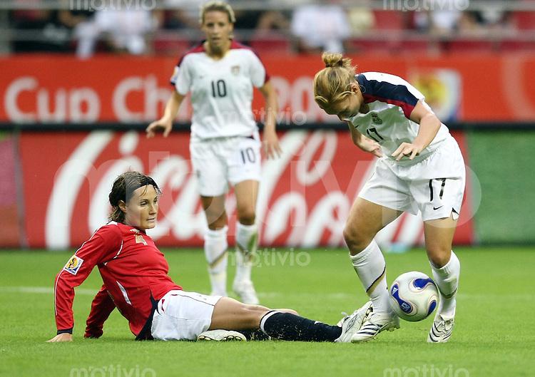 Fussball International Frauen WM China 2007 Spiel um Platz  Norwegen - USA Norway - USA Ingvild Stensland (NOR,li) gegen Lori Chalupny (USA)