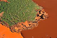 Rotschlamm Deponie:EUROPA, DEUTSCHLAND, NIEDERSACHSEN, 26.06.2011: Als Abfall faellt bei der Erzeugung von Aluminiumoxid aus Bauxit der sogenannte Rotschlamm an, der zu etwa 40 % aus Wasser und zum anderen aus  Eisen-, Silizium- und Titanverbindungen besteht. Der Rotschlamm muss  deponiert werden. .Aluminium Herstellung, Deponie, Lager, Lagerung, Flaeche der Firma Aluminium Oxid Stade GmbH. Die Deponie befindet sich nordwestlich Stade im Kehdinger Moor. Angrenzen die Ortschaften Buetzflethermoor, Goetzdorfermoor, Stadermoor, Hammah Gross Sternberg, Drochtersen Ritschermoor, Wald, rot, Wasser, Schlamm, Schollen, .Luftaufnahme, Luftbild,  Luftansicht