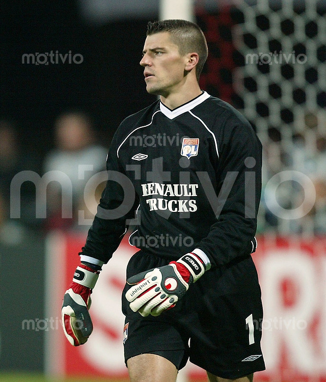 FUSSBALL Champions League 2003/2004 Gruppe A  FC Bayern Muenchen 1-2 Olympique Lyon JUBEL Olympique Torwart Gregory Coupet