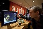 Londyn 2009-10-24. Galeria Narodowa, czołowe muzeum sztuki i jedna z najbogatszych na świecie kolekcji malarstwa europejskiego. Sala z komputerami do oglądania zbiorów.