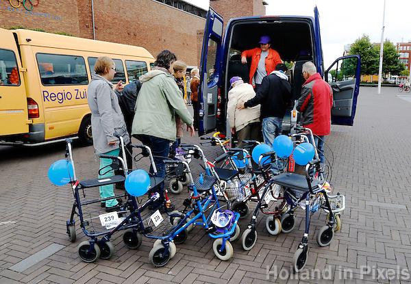 Rollatorloop  in Amsterdam. Wandelevenement voor ouderen met een rollator. Na afloop vetrekken de deelnemers weer in busjes naar de verzorgingshuizen