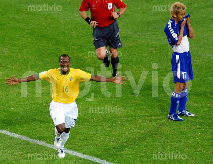 Fussball WM 2006  Gruppenspiel  Vorrunde  Japan - Brasilien Gilberto jubelt nach seinem Tor