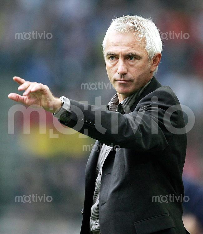 Fussball  1. Bundesliga Saison 2004/2005    Trainer Bert van MARWIJK, zeigt Borussia Dortmund