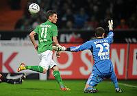 FUSSBALL   1. BUNDESLIGA   SAISON 2011/2012   19. SPIELTAG Werder Bremen - Bayer 04 Leverkusen                    28.01.2012 Markus Rosenberg (li, SV Werder Bremen) scheitert an Bernd Leno (re, Bayer 04 Leverkusen)