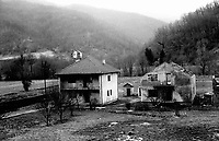BOSNIA-HERZEGOVINA, Belgrade-Sarajevo Road, 03/2003..Lanscape pictures taken from the bus between Belgrad and Sarajevo. .Two houses destroyed during the war in the Jadar valley, ex-muslim enclave, very near from Nova Kasaba.  .BOSNIE-HERZEGONVINE, Route Belgrade-Sarajevo, 03/2003..Photo prise depuis le bus qui relie Belgrade à Sarajevo. Deux maisons détruites pendant la guerre dans la vallée de Jadar, ancienne enclave musulmane, à proximité de Nova Kasaba..© Bruno Cogez / Est&Ost Photography