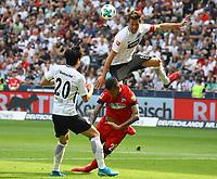 David Abraham (Eintracht Frankfurt) klaert per Kopf gegen Davie Selke (Hertha BSC Berlin), Makoto Hasebe (Eintracht Frankfurt) dabei - 21.04.2018: Eintracht Frankfurt vs. Hertha BSC Berlin, Commerzbank Arena