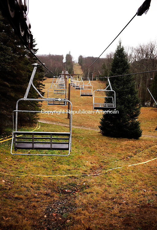 New Hartford, CT- 22 December 2015-122215CM01- The chair lift at Ski Sundown is at a standstill while the slopes are closed to skiers in New Hartford on Tuesday.        Christopher Massa Republican-American